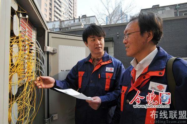 光纤配线架前安装线路端口;